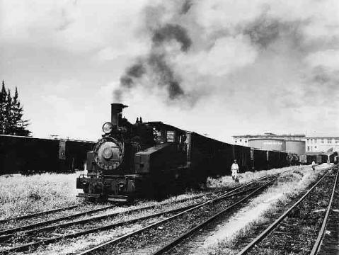 Tren en marcha en estación de la American Railroad Co. of Porto Rico en San Juan, Puerto Rico