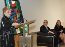 La Dra. Lourdes Ramos, Directora Ejecutiva del MAPR, hablando durante la conferencia de prensa del evento