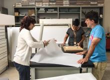 Plan emergencias 2 - Norma Vila (al fondo),  registradora de la Universidad del Sagrado Corazón, junto a la asistente de registraduría del MAPR, Marnie Pérez y el preparador Carlos Faure completan el proceso de entrada de varias de sus obras.
