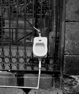 Urinal de la esquina (a Marcelo)