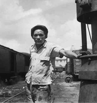 Operador de interruptor en la estación de carga de la American Railroad Co. of Porto Rico en San Juan, Puerto Rico