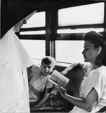 Monjas hablando con pasajeros abordo de un tren cerca de Mayagüez, Puerto Rico