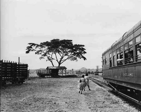 Pasajeros abandona tren en una pequeña parada cerca de Yauco, Puerto Rico